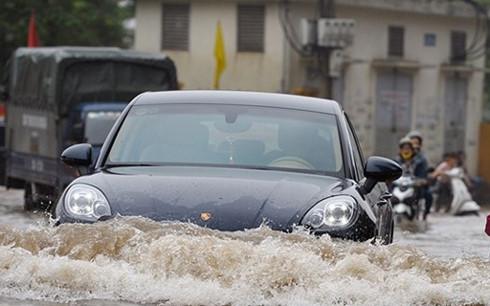 Mẹo thoát hiểm khi lái xe qua vùng ngập nước